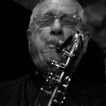 Pedro Iturralde spielt Saxofon.