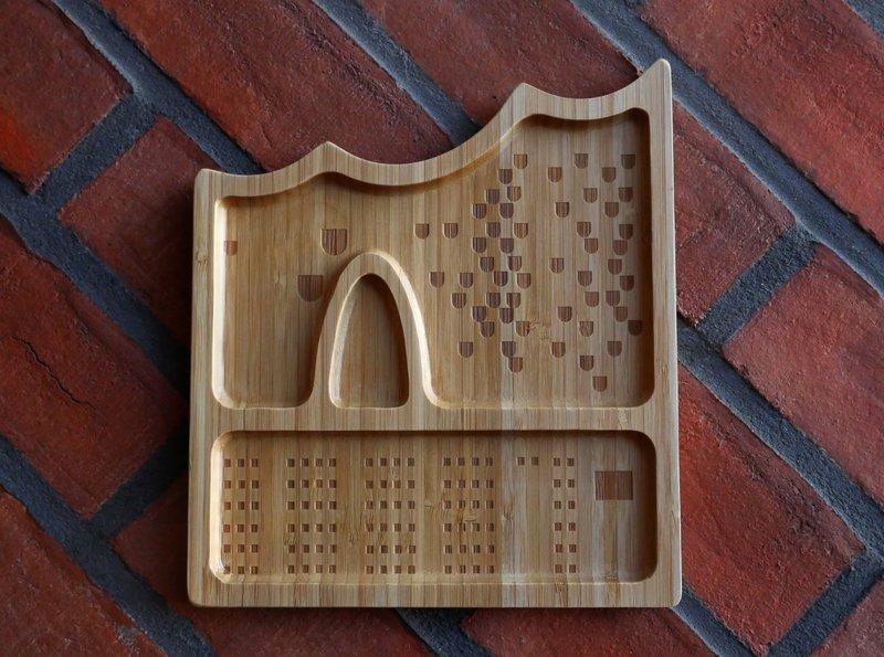 Bambus-Servierschale in Elbphilharmonie-Form vor einem Backsteinhintergrund