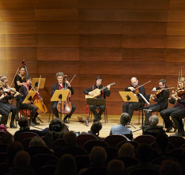 Musiker des Ensemble Resonanz spielen auf der Bühne im Kleinen Saal der Laeiszhalle