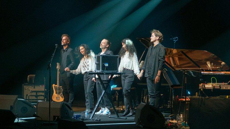 Thom Yorke nach der Uraufführung am 7. April 2019 in Paris, mit Katia und Marielle Labèque, Bryce Dessner (links) und David Chalmin (rechts)