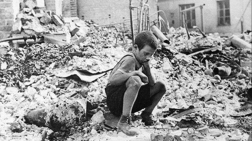 Junge in den Trümmern Warschaus, 1939