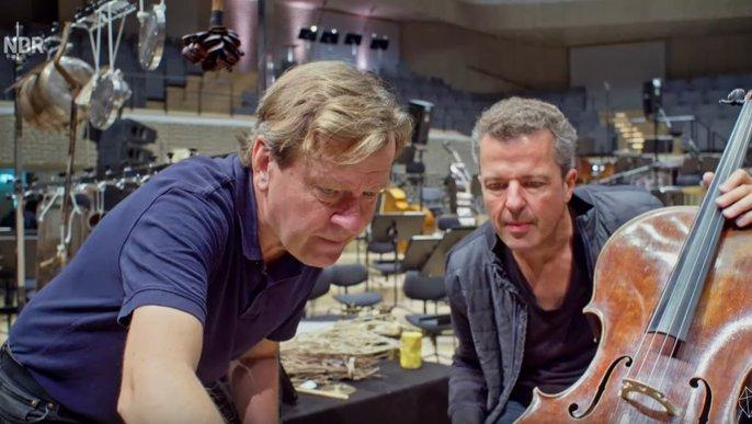 Magnus Lindberg probt mit dem Ersten Cellisten des NDR Elbphilharmonie Orchesters Andreas Grünkorn für sein Stück »Kraft«