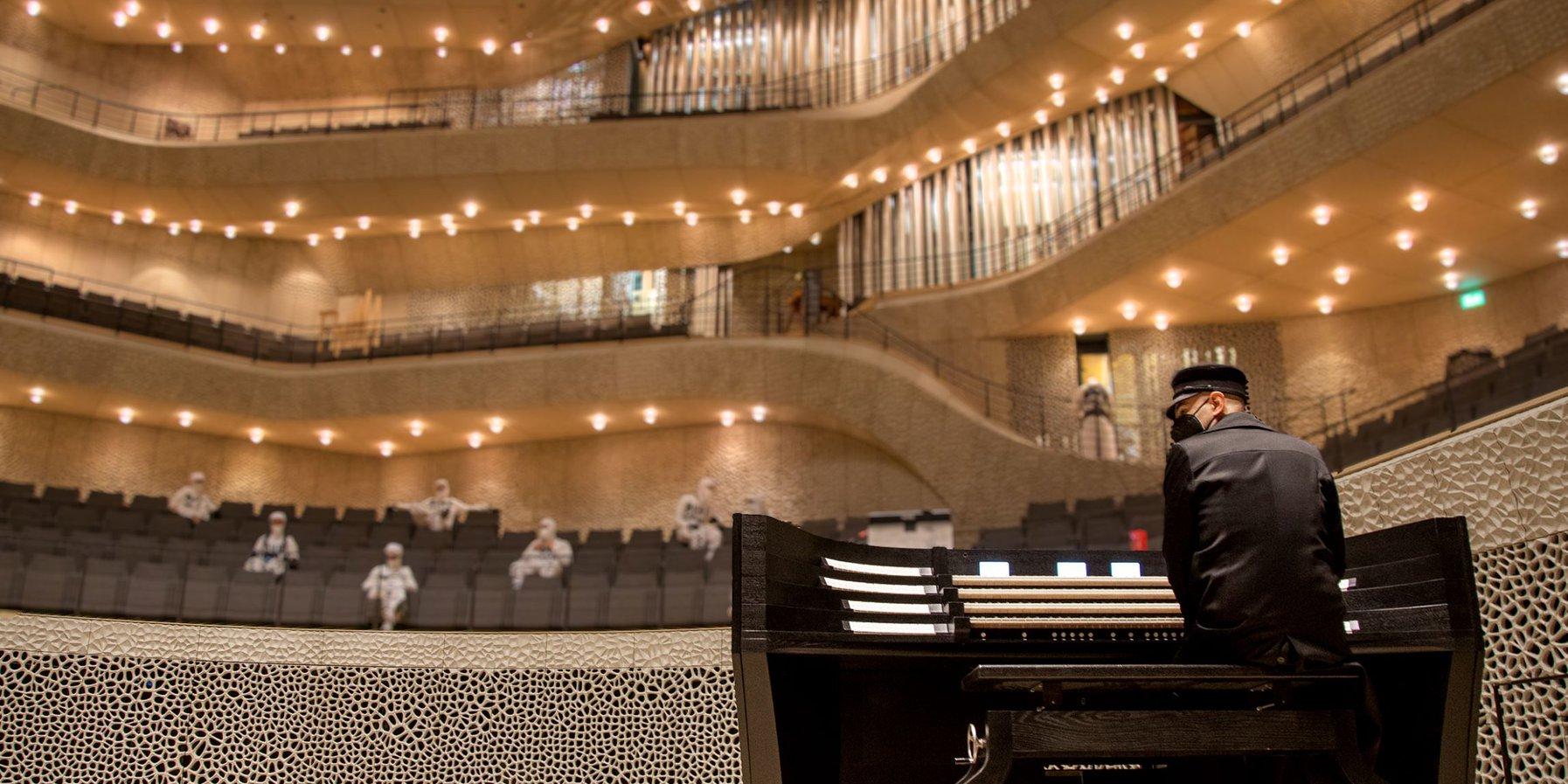 Deichkind im Großen Saal mit Orgel