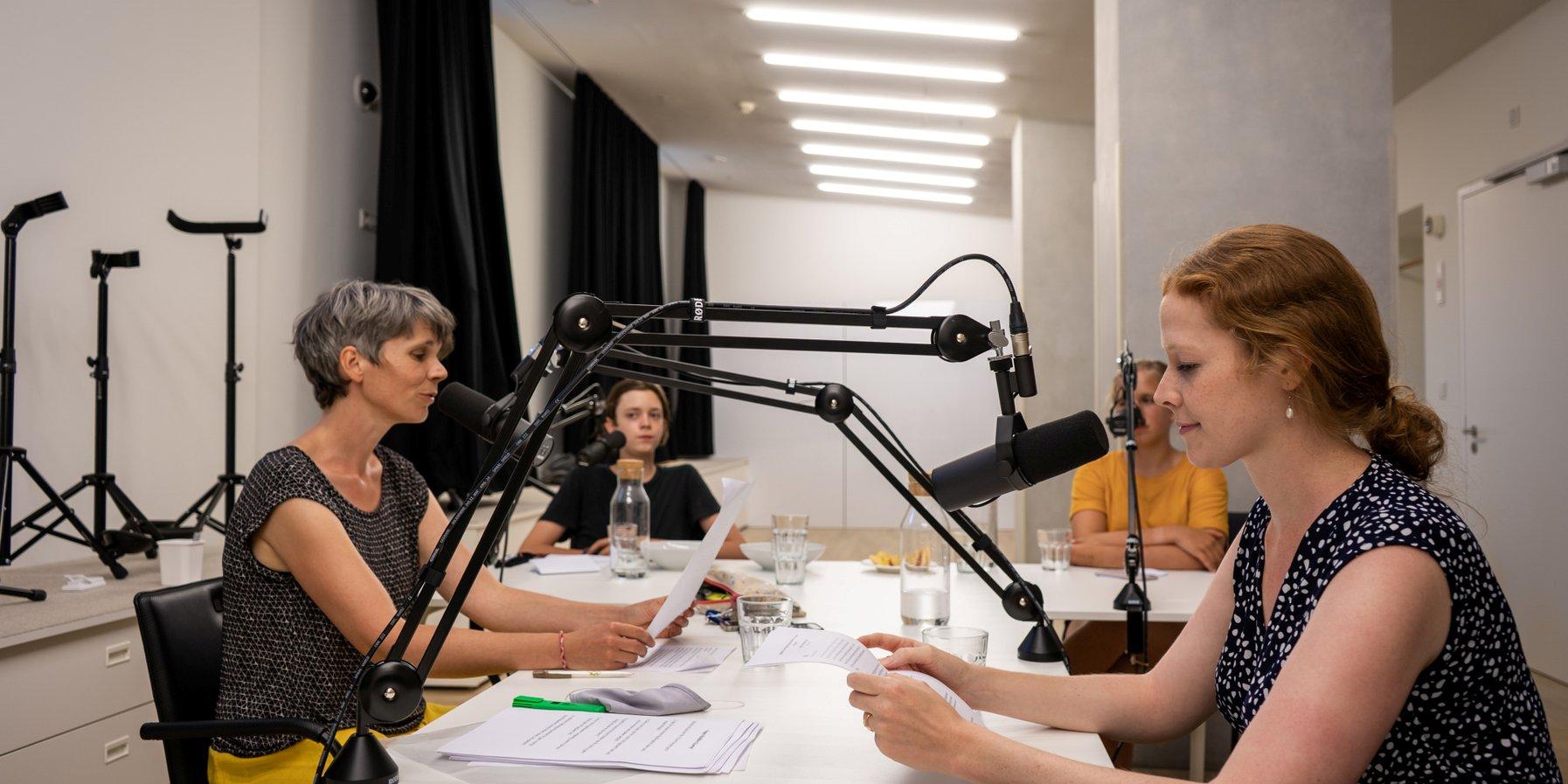 Anne, Franziska, Torben und Johanna sprechen den Podcast ein.