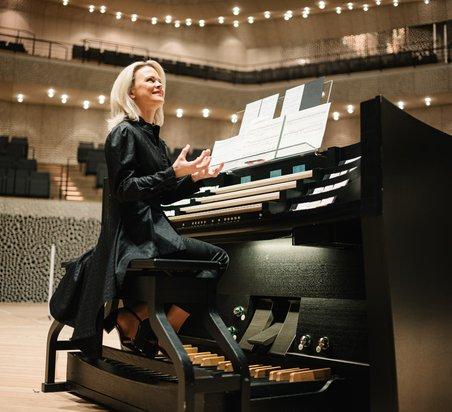 Iveta Apkalna am elektronischen Spieltisch