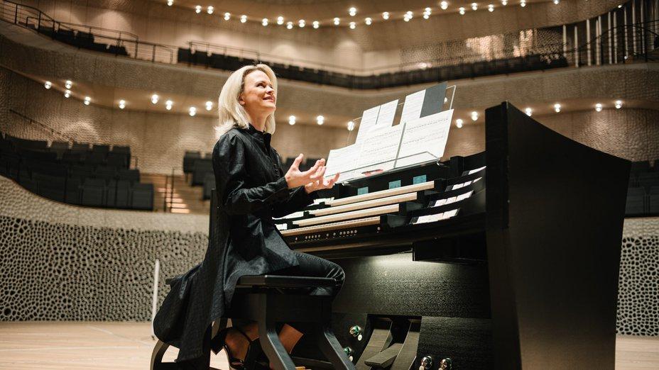 Elbphilharmonie Orgel: Iveta Apkalna am elektronischen Spieltisch