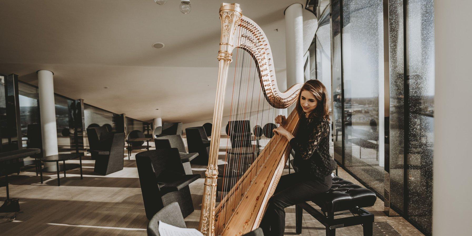 Harfenistin in der Elbphilharmonie Sky Lounge: NDR Elbphilharmonie Orchester