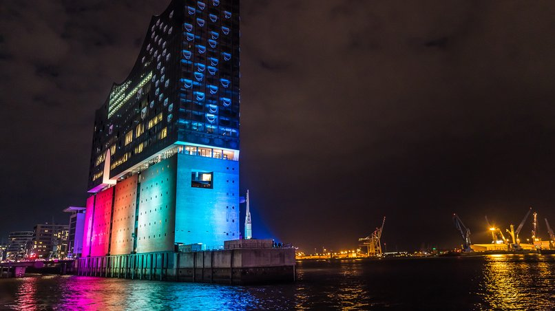 The illuminated Elbphilharmonie