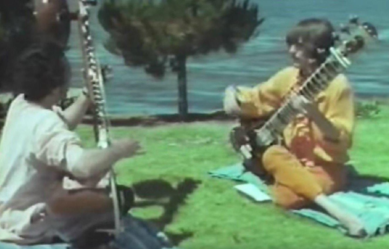 Ravi Shankar unterrichtet George Harrison