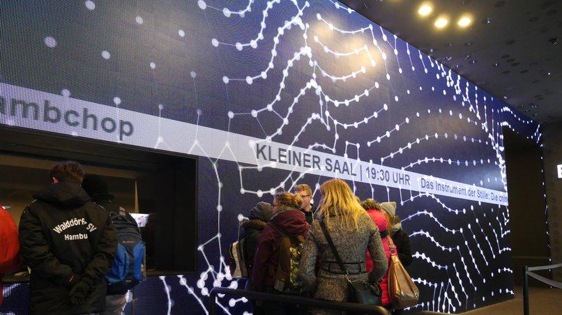 LED-Wand im Eingangsbereich der Elbphilharmonie