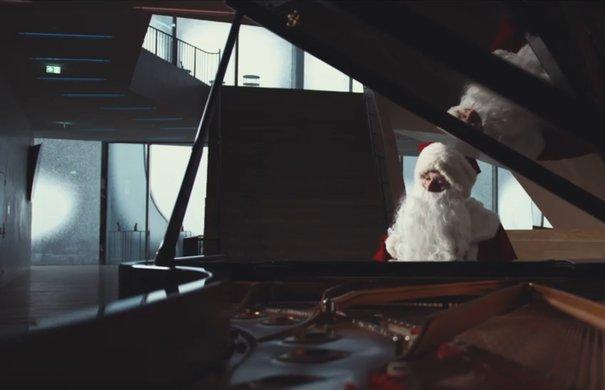 Der Weihnachtsmann am Flügel