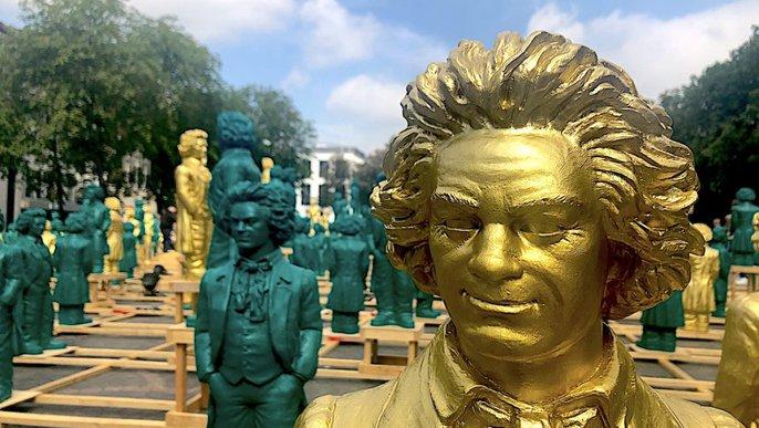 Viele grüne und goldene Beethoven-Figuren auf dem Münsterplatz in Bonn