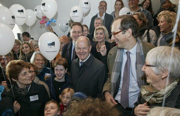 Olaf Scholz und Christoph Lieben-Seutter mit den Geburtstagskindern