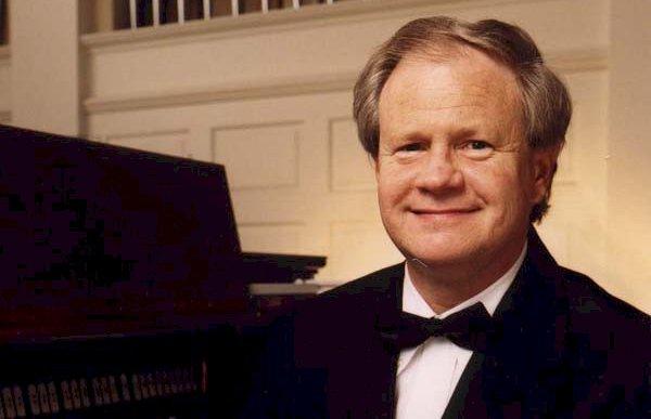 Der Organist George C. Baker vor seinem Instrument