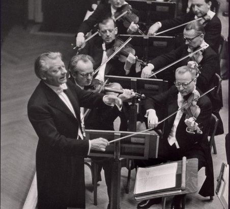 Hans Schmidt-Isserstedt mit dem Orchester
