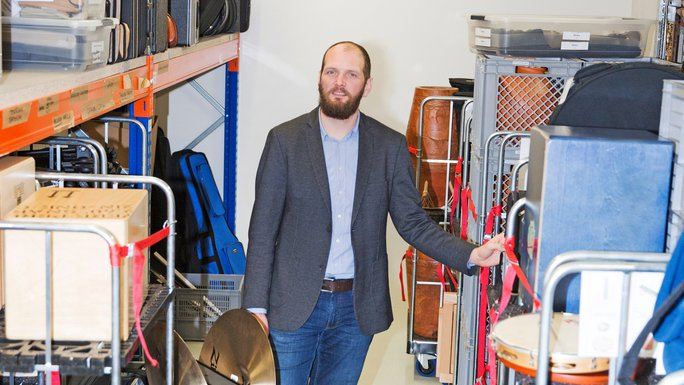 Benjamin Holzapfel in der Instrumentenwelt