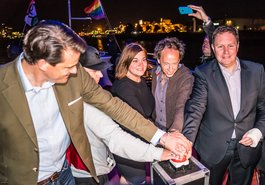 """Kultursensator Dr. Carsten Brosda (rechts) und die Zweite Bürgermeisterin Katharina Fegebank mit Vertretern und Freunden der Initiative """"CSD Hamburg wird leuchten"""""""