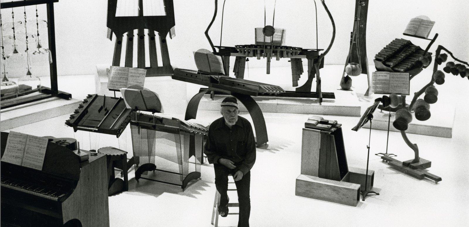 Harry Partch et quelques uns de ses instruments