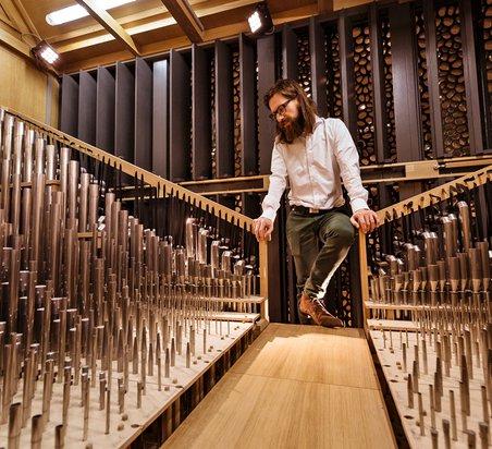 Thomas Cornelius im Schwellwerk. Im Hintergrund die Holzladen zur Regulierung der Dynamik.