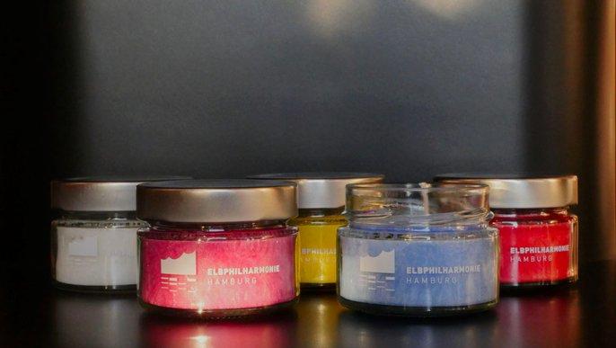 Elbphilharmonie Candles-To-Go nebeneinander in weiß, rot, gelb, blau und pink