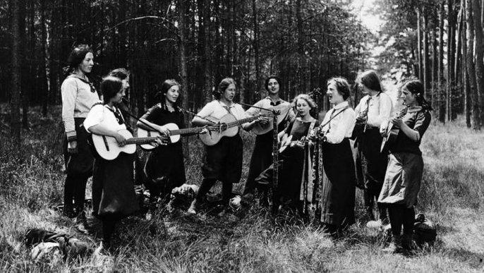 Eine Gruppe weiblicher Wandervögel beim Singen
